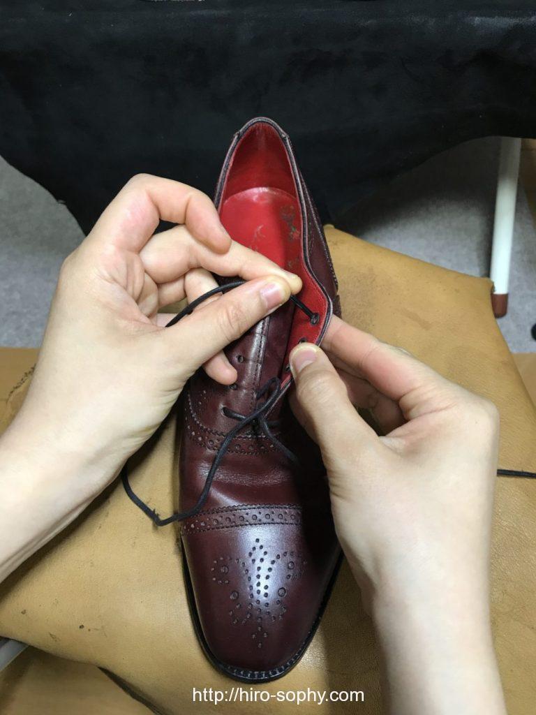 靴紐をシューホールの下から上へと通す