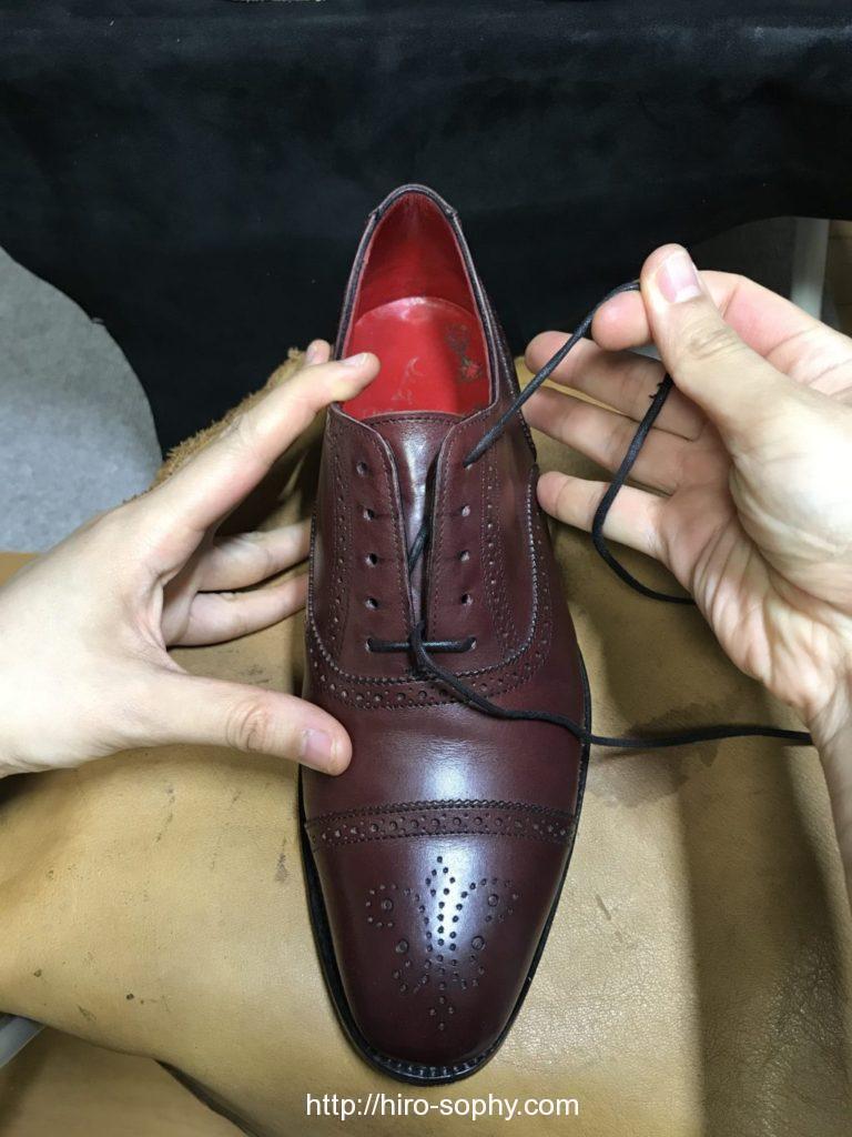 靴紐を対角線上のシューホールに通す