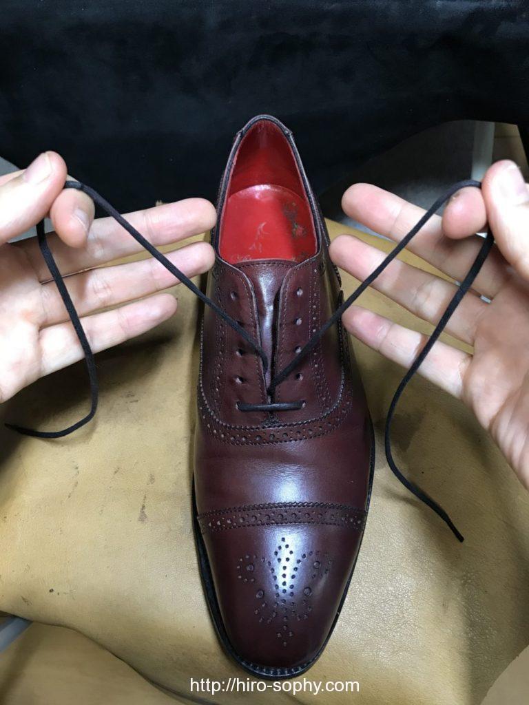 靴紐を一番したの穴に通した革靴