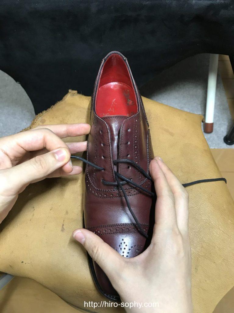 パラレルで通そうと靴紐を一つ目の穴に通した