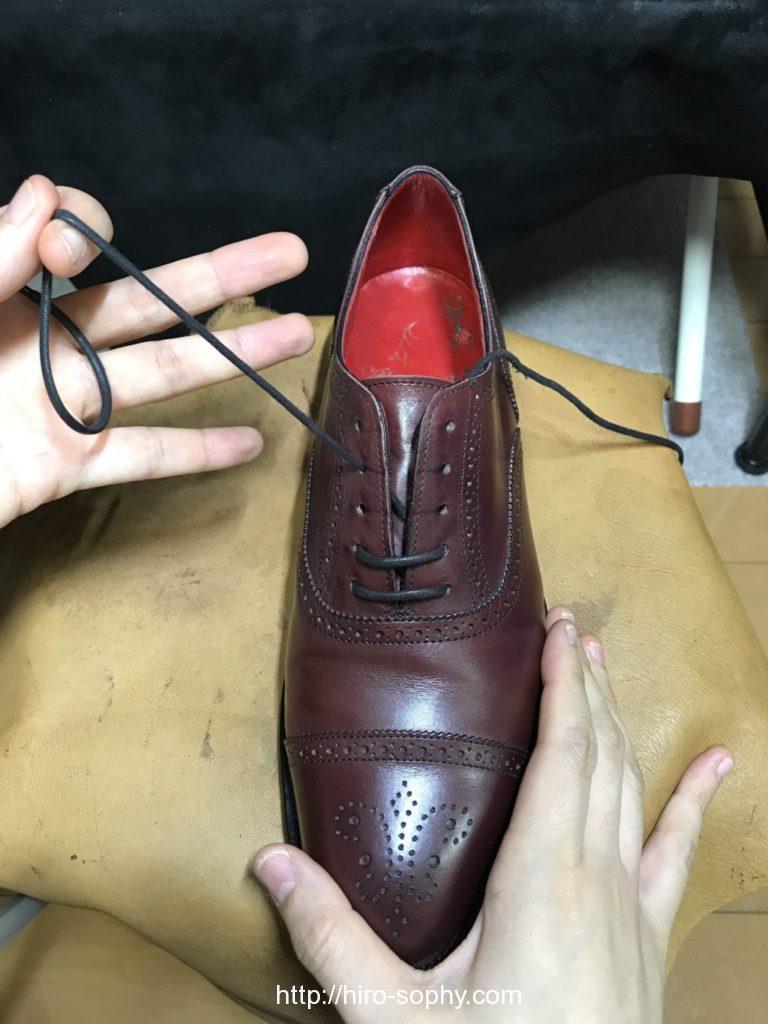 パラレルで通している途中のワイン色の革靴