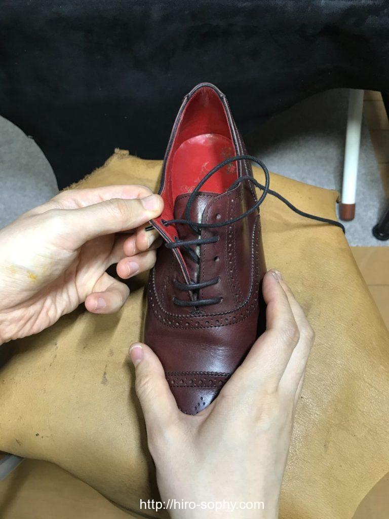 パラレルで片方の紐だけ通した革靴