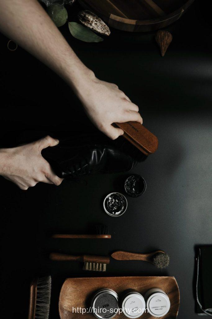 靴を磨く手