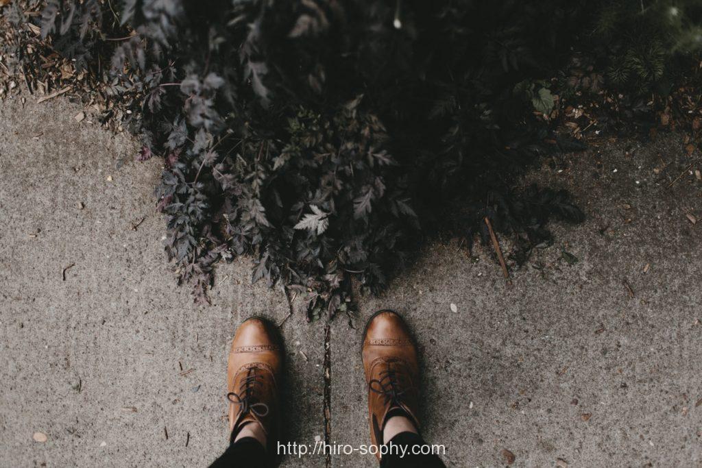男の足元と草