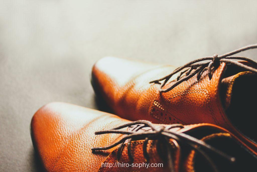 光が当たる茶色の革靴