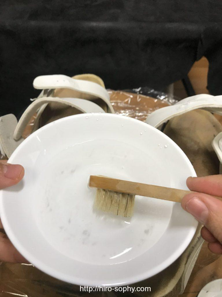 小皿とブラシ