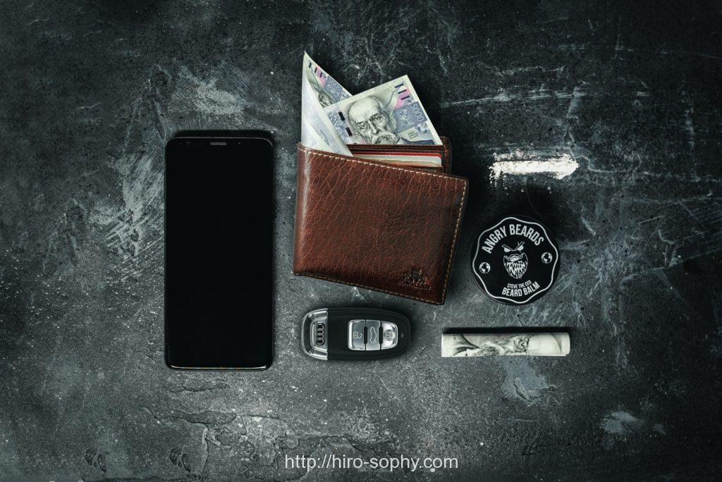 財布とお札と車の鍵と携帯電話