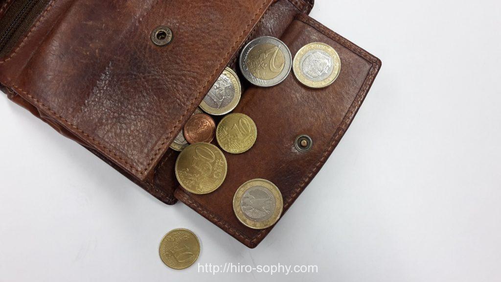 小銭入れからコインがはみ出ている