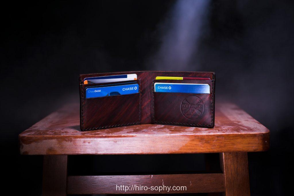 テーブルに立てた茶色い二つ折り財布