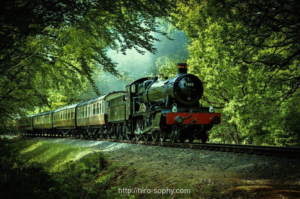 山の中を走る電車