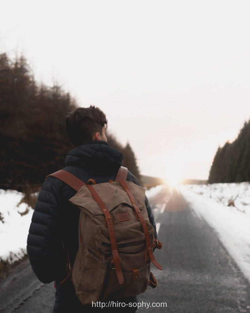 雪道で行先を見つめる男性