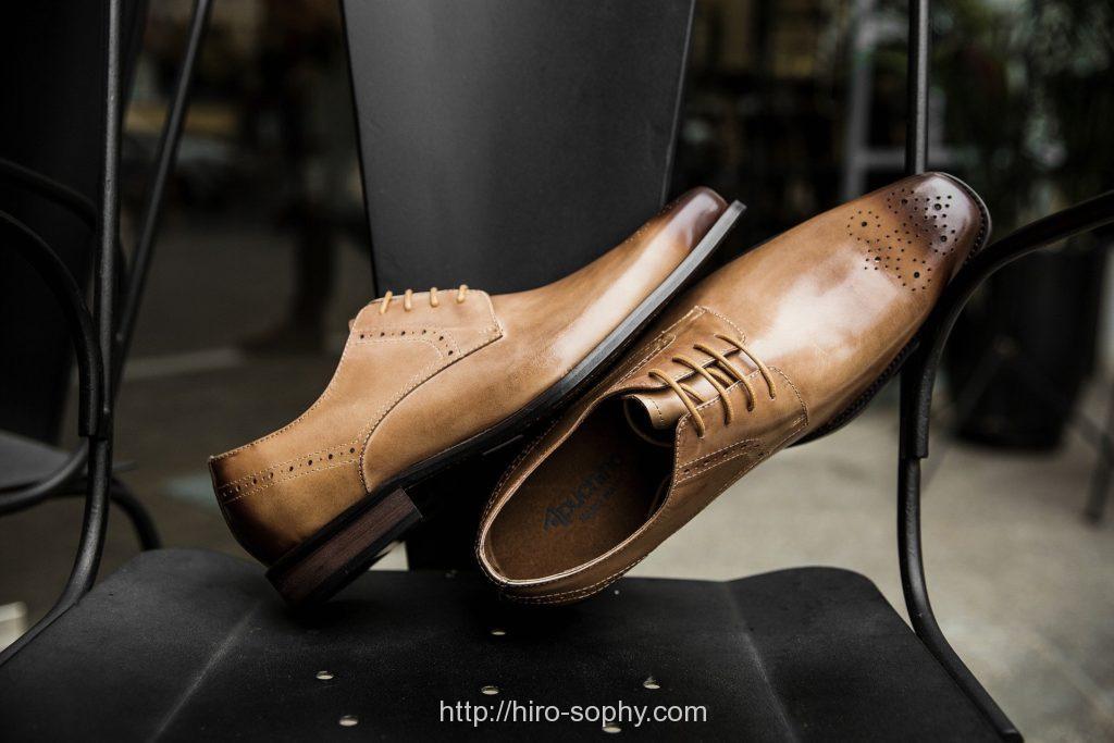 黒い椅子の上にある革靴