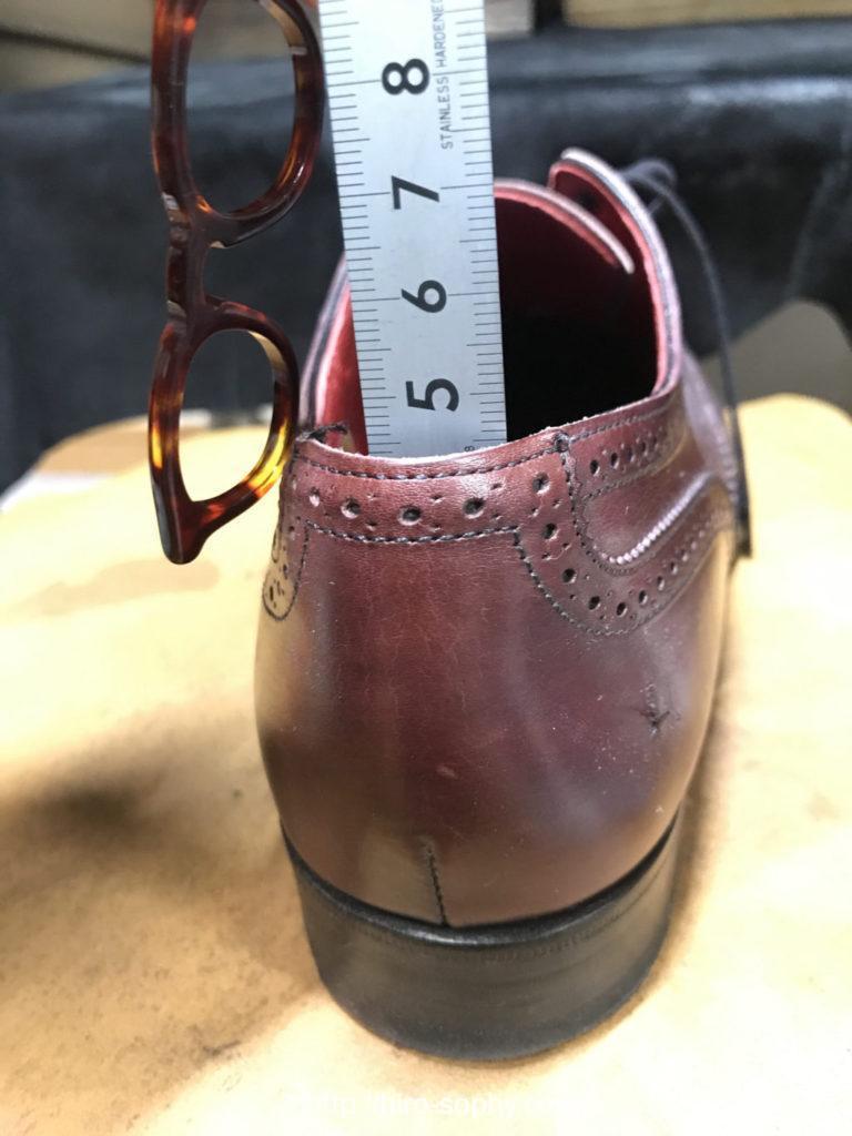 インソールの上から踵の深さを測る