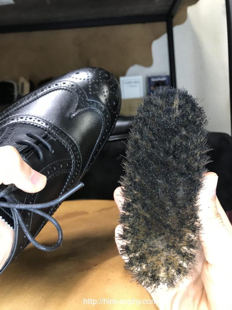 豚毛ブラシと黒い革靴
