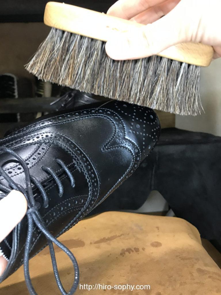 黒い革靴と馬毛ブラシ
