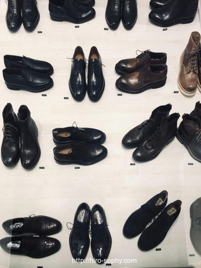 黒い複数の革靴