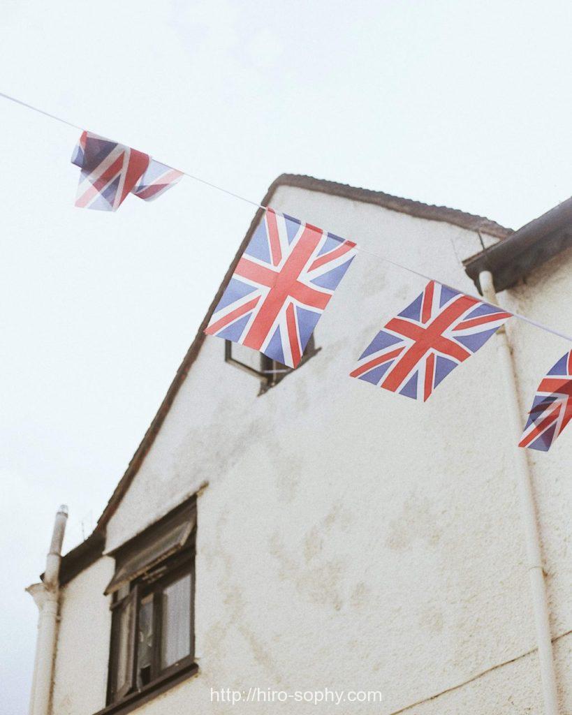 イギリス国旗と古い家屋