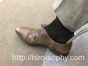 靴べらを使い靴を履く