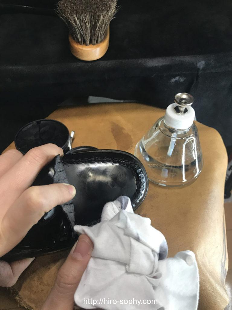 G.H.BASSの爪先にワックスを塗り込む