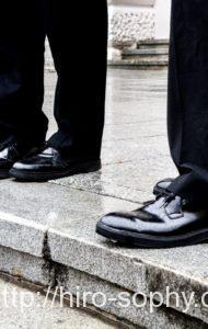 雨に濡れる革靴