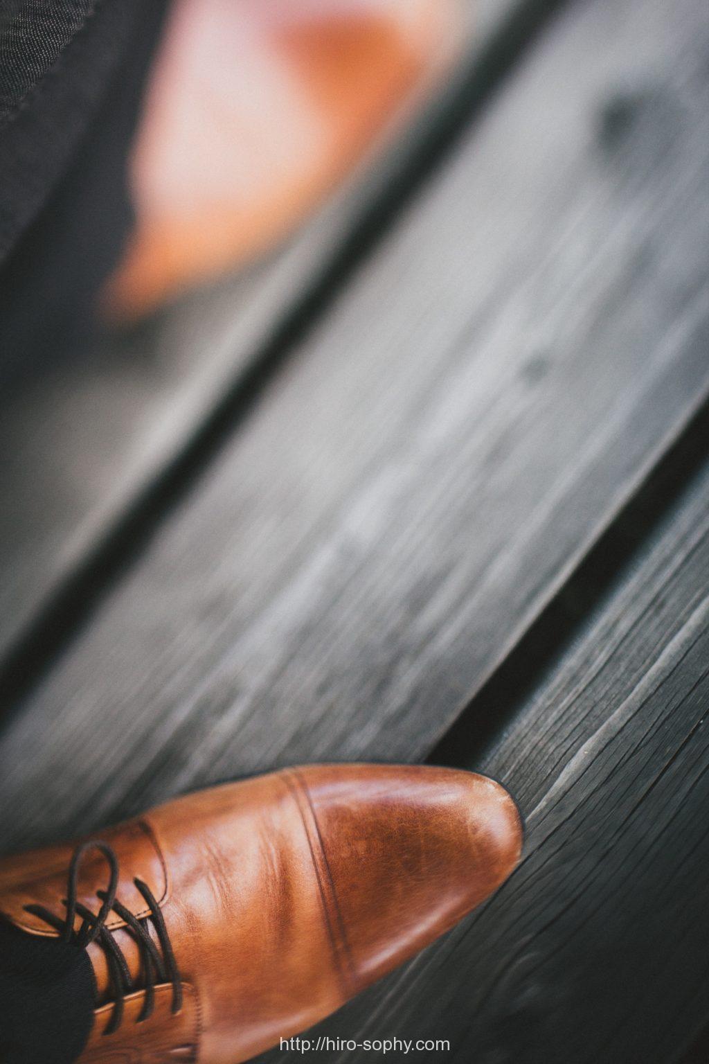 茶色の色褪せた革靴