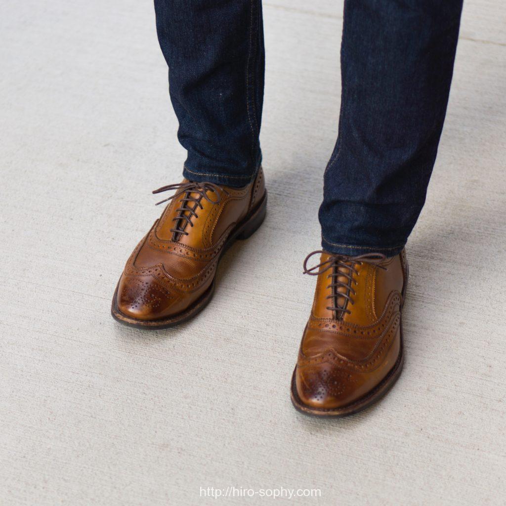 茶色のウィングチップの革靴