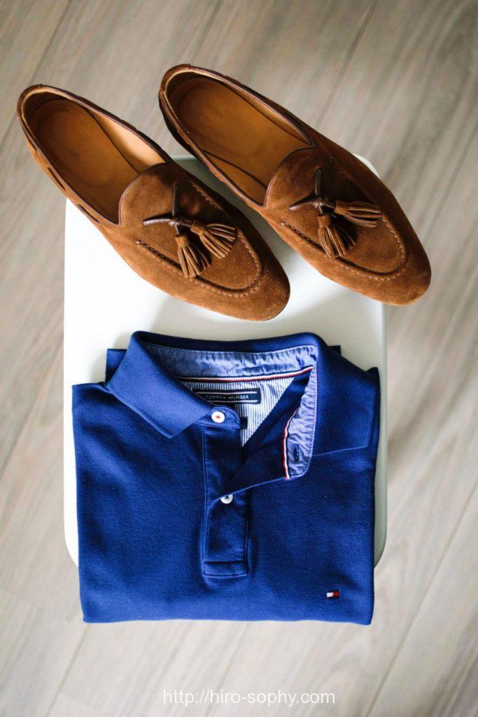 茶色のタッセルローファーのスエードと青いポロシャツ