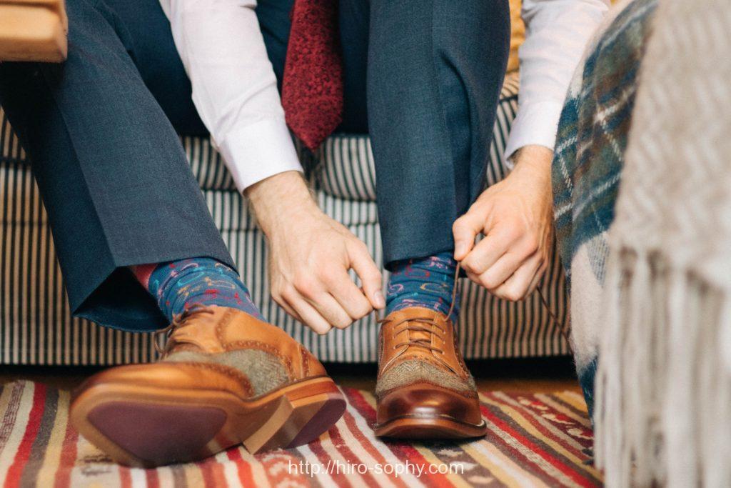 靴紐を結ぶ男