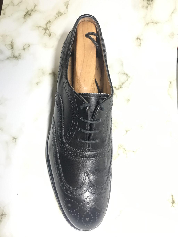 ウィングチップの黒の革靴