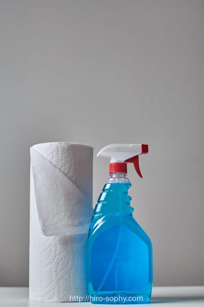 汚れを落とす洗剤とペーパー