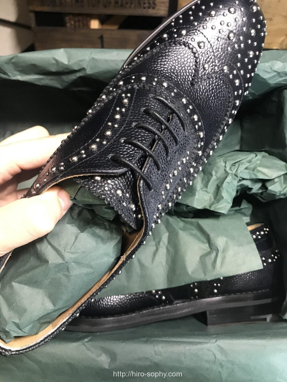 チャーチの箱から靴を取り出す