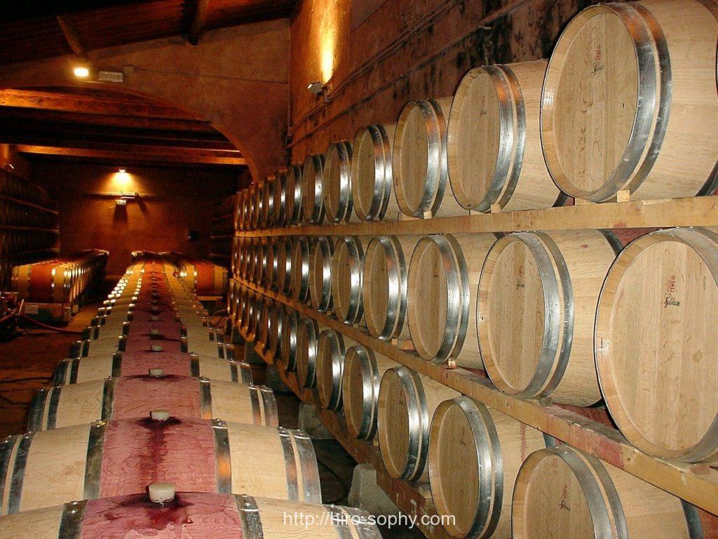 ウィスキーの樽が並べられている