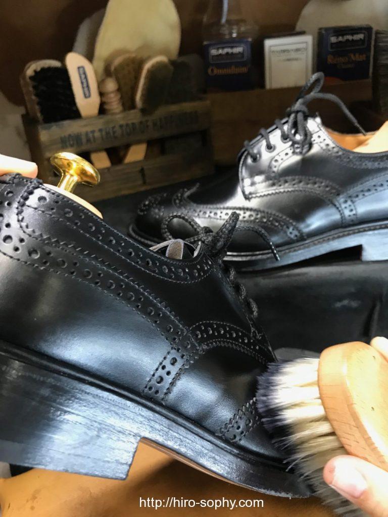 黒い革靴をブラッシング