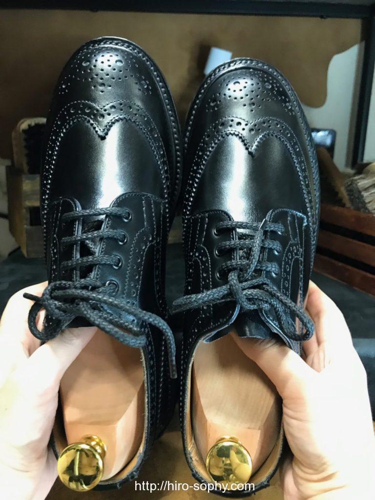 磨き上げた黒い革靴