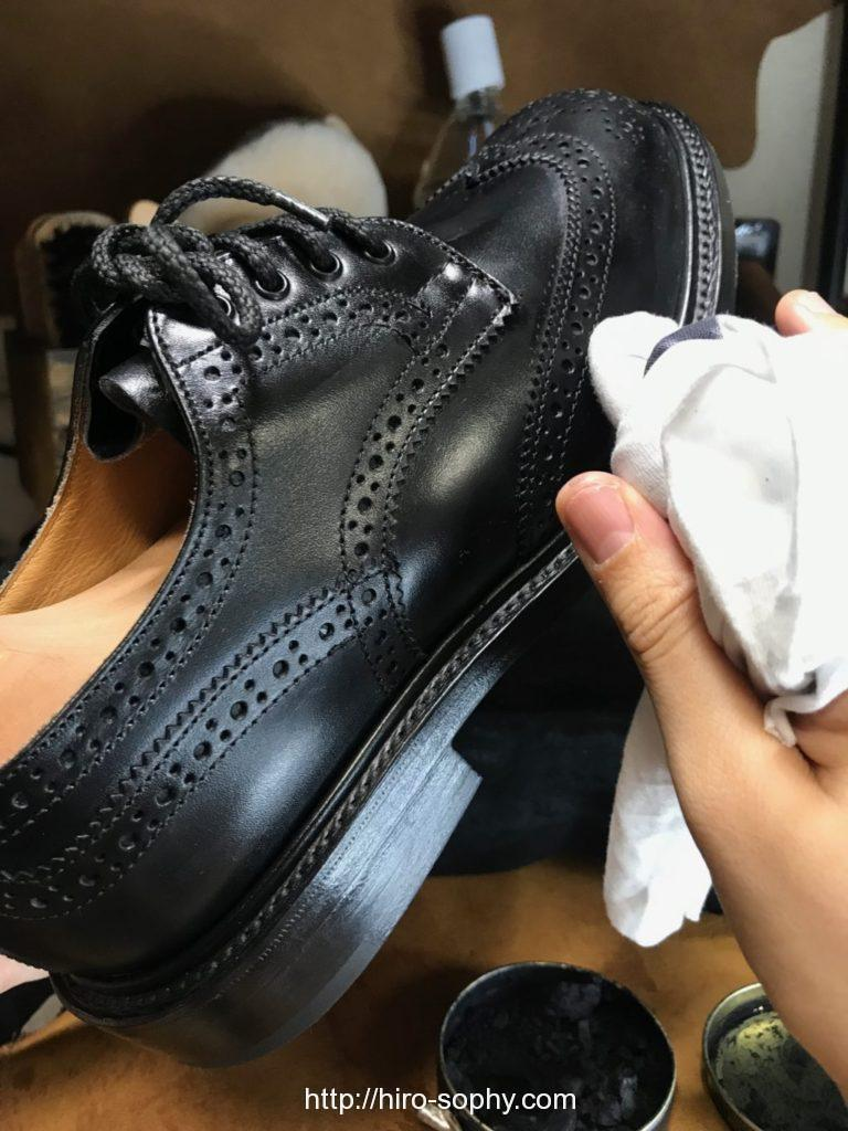 黒い革靴にワックスを塗る