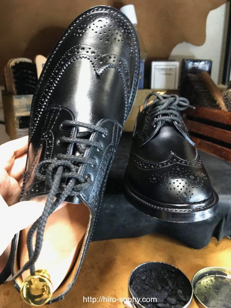 ワックスで磨き上げた黒い革靴