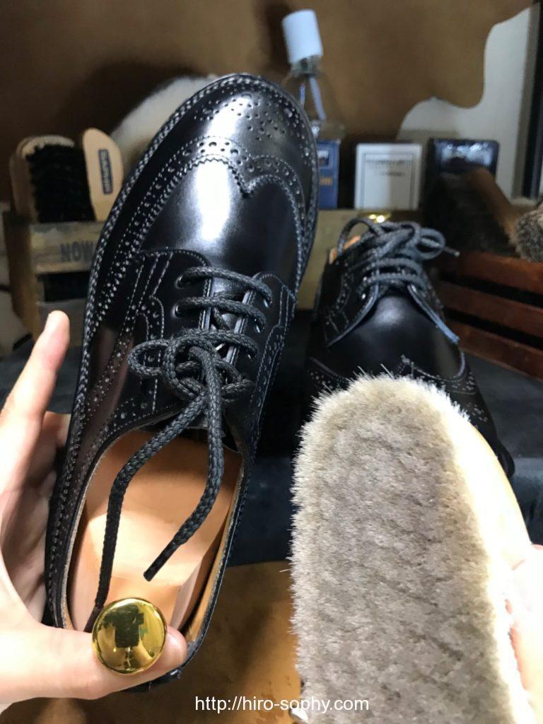 山羊毛ブラシと黒い革靴