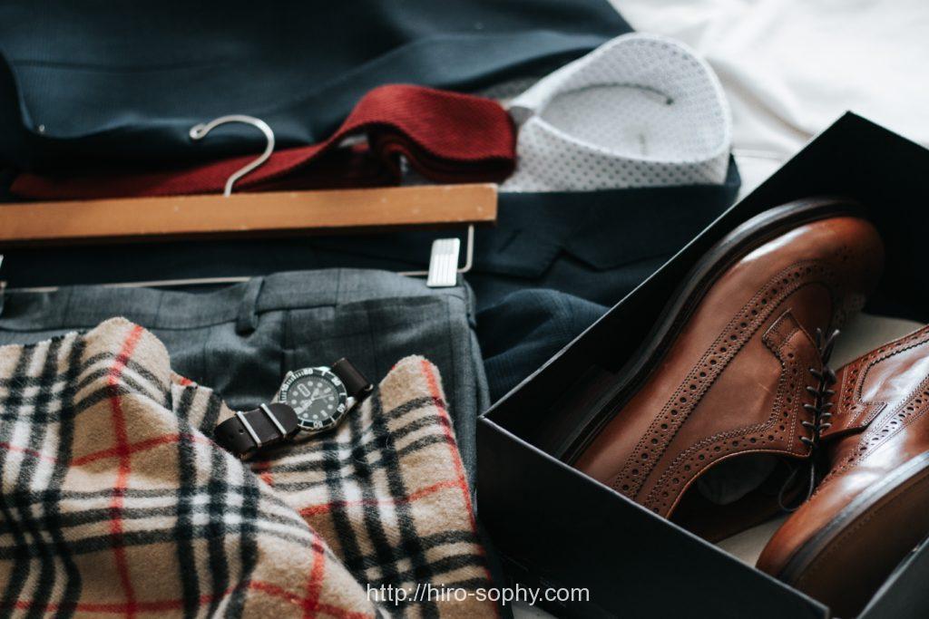 箱に入った茶色の革靴