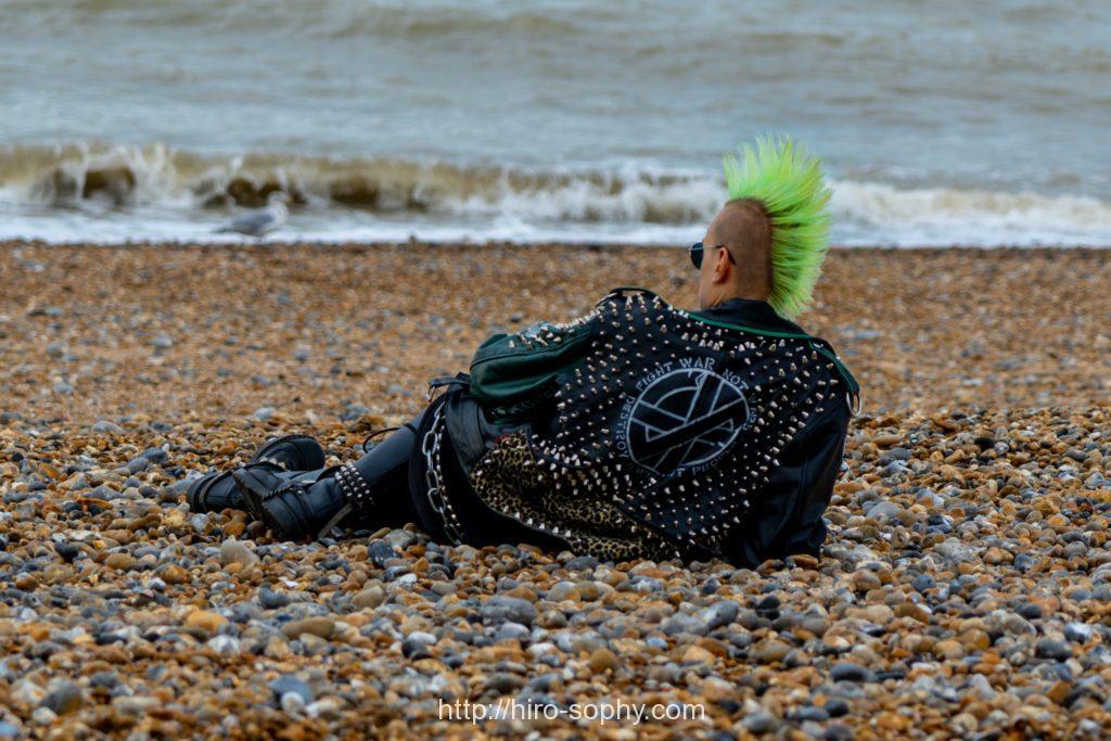 パンクロック男が海部に寝転ぶ