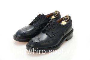 ウィングチップの黒い革靴
